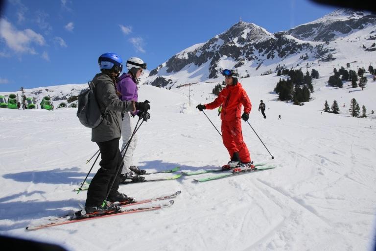 Erwachsene beim Schifahren