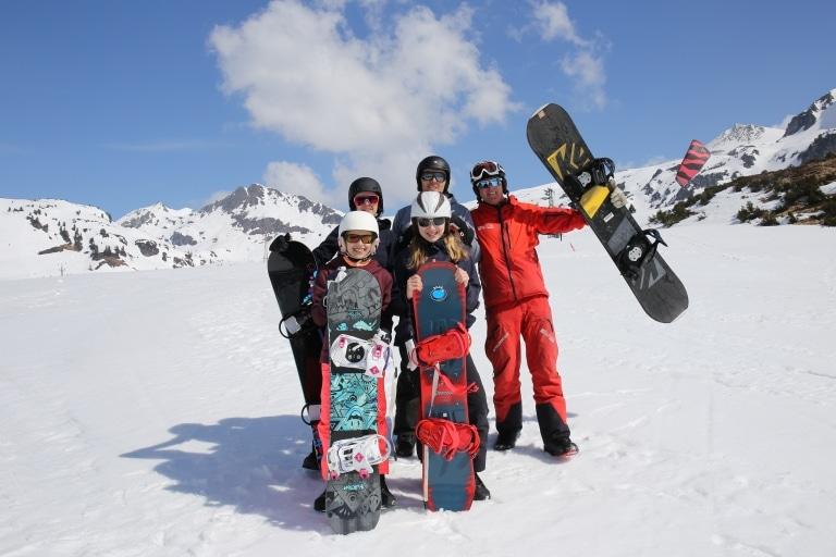 Familie beim Snowboarden
