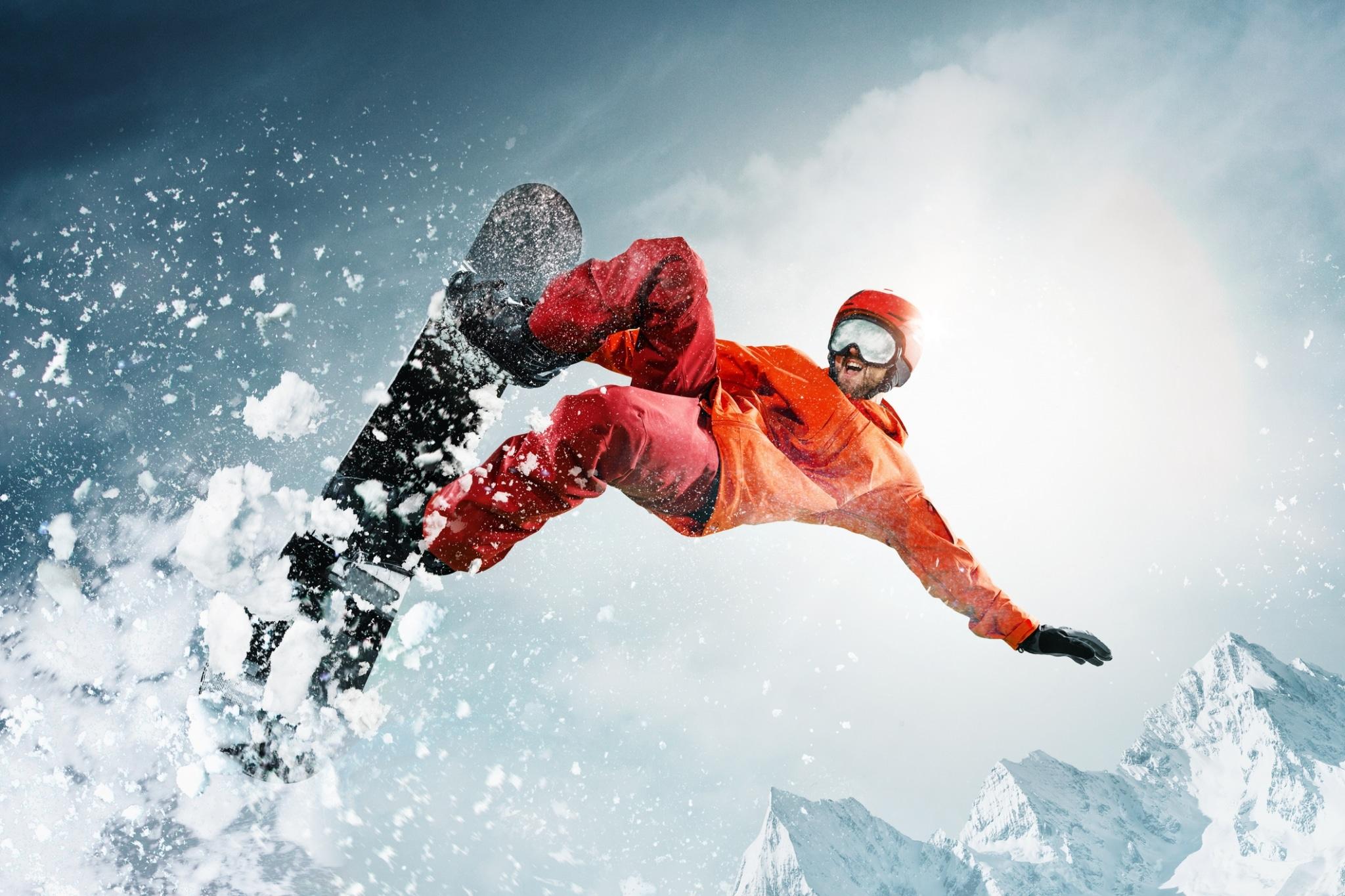 Snowboarder springt