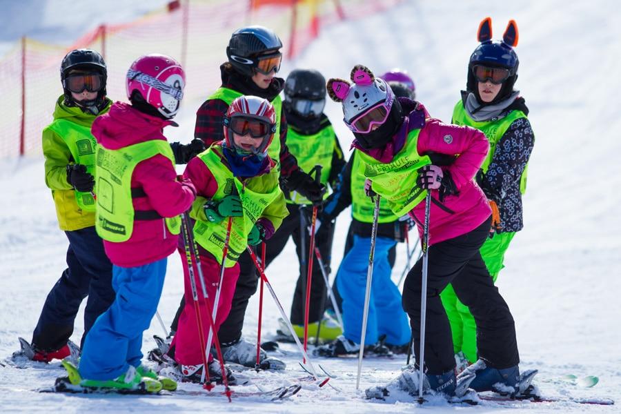 Gruppen von Kindern beim Schifahren